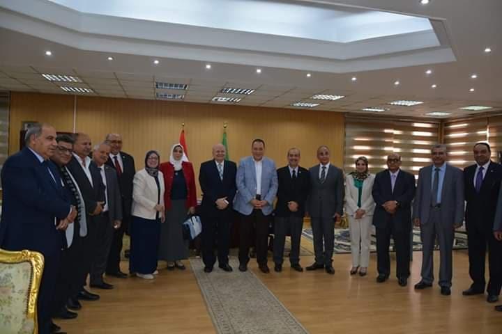 محافظ الشرقية يكرم د.خالد عبد الباري رئيس جامعة الزقازيق السابق