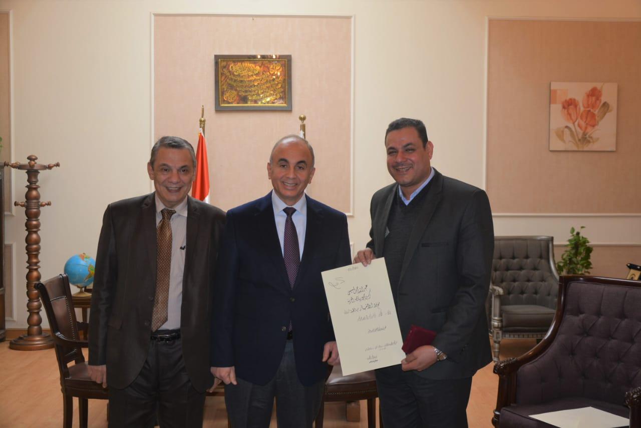 رئيس جامعة الزقازيق يهنئ د.أشرف صبري عبد الفتاح لحصوله علي نوط الإمتياز من الطبقة الأولي في العلوم.