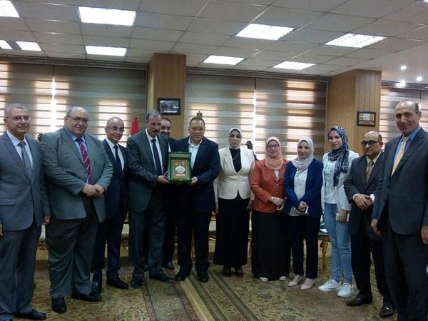 محافظ الشرقية يكرم نائب رئيس جامعة الزقازيق لشئون التعليم والطلاب السابق